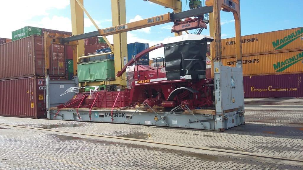 RORO technika pakrauta į 40'FR konteinerį
