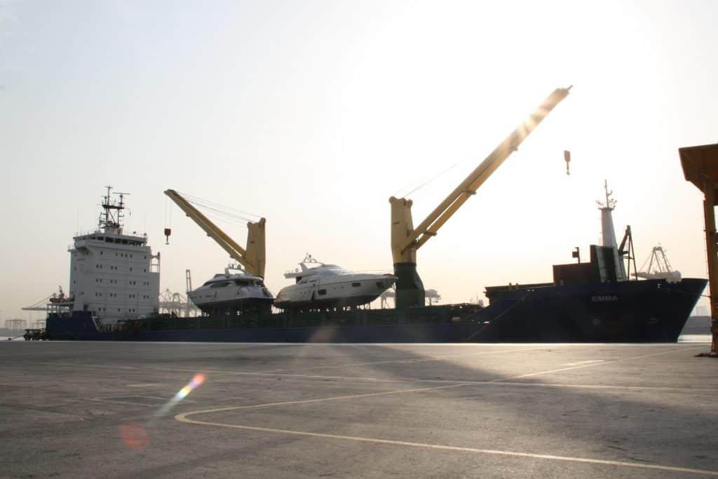 Pramoginių ar žvejybinių laivų, valčių, katerių, jachtų, katamaranų frachtavimas jūra bei transportavimas sausuma